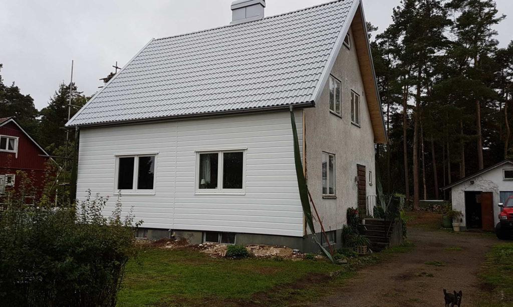 Halvfärdigt hus med västkustpanelen